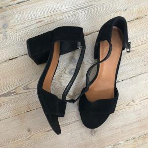 Fine sandaler fra Bianco med god blokhæl, så man kan have dem på en hel dag. Ruskind. Brugt én gang og fremstår derfor som ny. Nypris: 600,-