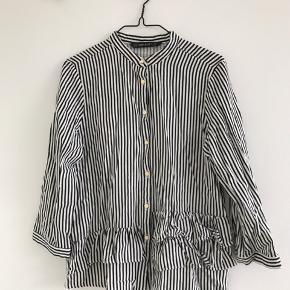 Stribet skjorte med knapper og flæsekant