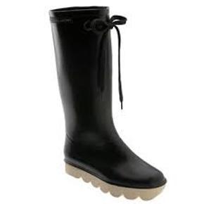 """Sælger mine elskede Marc Jacobs gummi støvler. Kan også bruges som alm støvler.  Str. 38, super LÆKKER kvali. Marc navnet på dem er en smule forsvundet. Ellers ingen """"fejl"""" på dem. Har været rigtig glad for dem men de bliver ikk brugt.  Np. 1.300 kr."""
