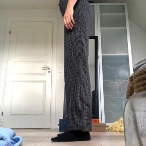 Julie Fagerholt bukser  Str. 36 Brugt meget få gange  Ser større ud på billedet end de er