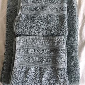 Lækre håndklæder fra Magasin i top kvalitet. Farven er mørk mint/grå grøn. 2 alm håndklæder og et badelagen.  Se også mine andre annoncer. Flere håndklæder og sengetøj. Samt kvindetøj. Alt i lækker kvalitet.
