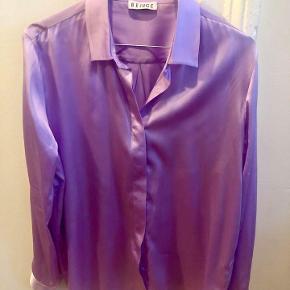 Brand: Beige Varetype: Skjorte Farve: Lilla Oprindelig købspris: 700 kr. Prisen angivet er inklusiv forsendelse.  Ægte silkeskjorte fra Beige sælges, da jeg ikke får den brugt.