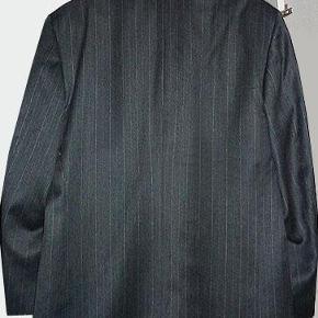Varetype: habitjakke  Farve: Mørkegrå  Flot dobbeltradet Van Gils habitjakke i ren ny uld farven er mørk grå med en tynd lysegrå stribe. Str. er 52.  Jakken har været på et par gange og den er som ny.