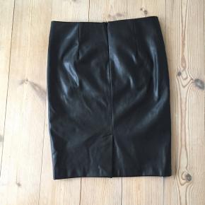 Lækker skind nederdel - nypris 700 kr. Har mobilepay