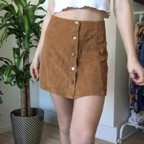Sælger denne brune nederdel fra Boohoo da jeg ikke får den brugt. Den er aldrig brugt og fremstår som ny. Min blege ben gør den ikke justice😆. Byd gerne