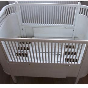 Den originale Juno seng. Sengen er over 35 år gammel, men stadig i virkelig god stand. Professionelt sprøjtemalet hvid for 4 år siden. Der medfølger 1 tremmeside. Sengen sælges med madras med forlængerstykke som er brugt ca. 10 gange - altså HELT som ny. Sælges da vores børn kun vil sove i vores seng 😆  Sengerand fra Konges Sløjd (hvid med faldskærme) kan medfølge.  En smuk seng til børneværelset eller soveværelset.   OBS!! Sengen på billedet er ikke af min, men et jeg har fundet på Google - min er dog pænere i malingen, men har kun en tremmeside. Min er ikke samlet, derfor intet billede af den :)
