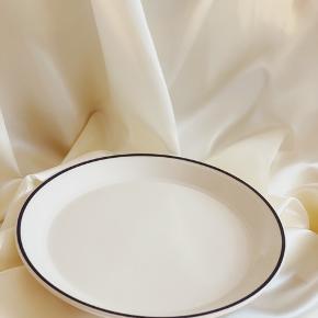 T A L L E R K E N 🍽  Super fine engelske tallerkner ~  55,- stykket // 5 stk sælges samlet. Den ene har lidt mærker på midten (se foto) sender gerne 💌 diameter 23,5cm