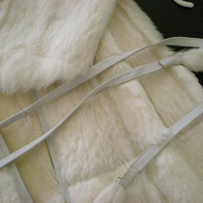Unik lang pelsfrakke/kåbe i hvis kanin uden for og meget rå. Brugt på modeshow, og er en kollektionsprøve. I tvivl om str. men den ligger nok på en stor small/lille medium. Pelsen er superblød. Lukkes med en small lædersnor, ellers er der meningen den skal stå åben og hænge.