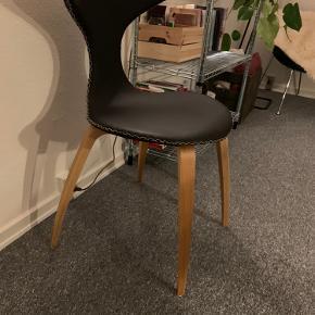 To stk. Dolphin stole, fra Ilva, i sort læder sælges.  De er brugt to gange.  Nypris: 2499kr pr. stol.  Sælges for 1500kr pr. stol.   Kan sælges samlet eller enkeltvis.