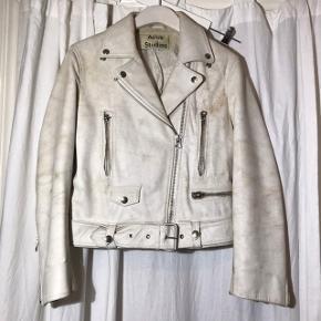 Acne Studios læder jakke  Den er coated med en form for hvid maling der med tiden skaller af, inden under er en smuk beige ruskind. Det er meningen :-)