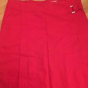 Smuk rød nederdel fra H&M i str. 38.  50kr - eller byd 😊 Aarhus