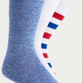 3 pack sokker / strømper fra UO i str one Size (40-45) Et par blå melerede, et par hvide samt et par hvide med røde og blå striber Materiale mix bomuld med stretch - se billede!