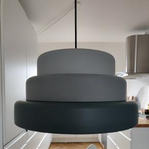 Jeg sælger 2. STK. Af denne lampe. Lamperne koster fra ny 1200 kr. Stykket. De er købt i IDE møbler og har ingen ridser eller skrammer. Kvittering haves ikke.