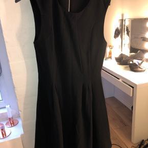 Fin kjole fra vila med lynlås i ryggen Str m, men fitter small Byd gerne