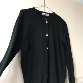Sort cardigan med guldknapper  Passer small/medium