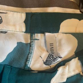 Flotte behagelige bukser fra Envii. Sælges da de er få små. Har tynd hvid stribe ned af benet og bæltestropper. Mærket er løst i den ene side (vist på billedet)