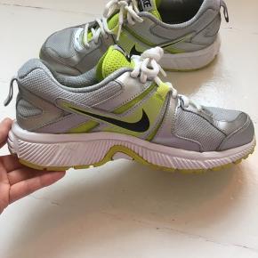 Nike Dart 10 sneakers i str. 38,5 24 cm.  Købt brugt over EBay men aldrig brugt af mig pga forkert størrelse.