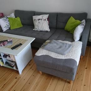 En 3 pers. sofa med vendbar chaiselong. Købt i jysk for 3 år siden. Har en skjold som kan fjernes L 225 B 85 H 45 Lc 155