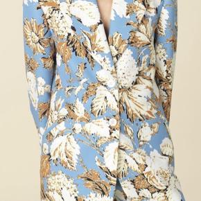 Den flotteste blazer fra Stine Goya. Er brugt en enkelt aften til et bryllup. Er derfor som ny. Jeg sælger også bukserne i samme print. Nypris 2800 kr.