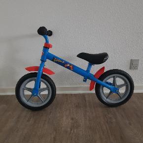 Superman løbecykel. Den er brugt og har brugs mærker. Helst gerne kontant, da det er til min søns sparegris. Den kan afhentes i 6700.