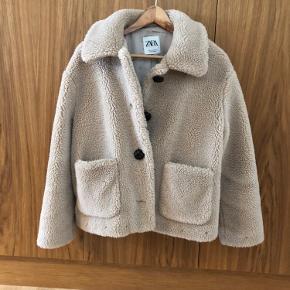 Teddy jakke fra ZARA med lommer og knapper foran. Næsten som ny.