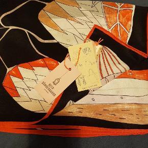 Helt nyt super lækkert silke tørklæde, model Piaf. Nypris kr 699-; ( har desværre fået to ens ).