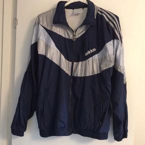 Retro/vintage windbreaker fra Adidas. Virkelig fed og passes af alt mellem en small og large. Sælges for 200kr ekskl fragt