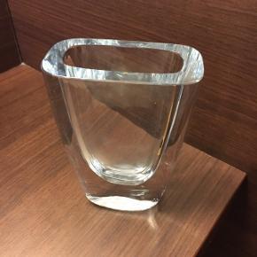 Svensk vase fra Strømbergshyttan sælges. Den er i rigtig fin stand og meget tung!
