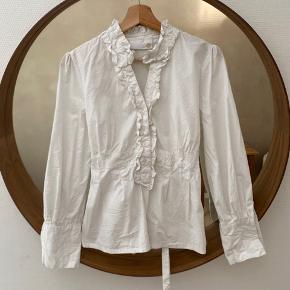 Smuk skjorte med flæser