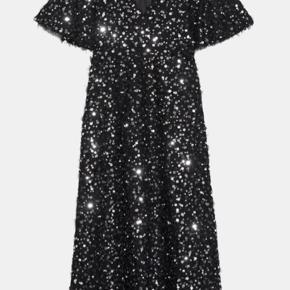 Lang kjole med v-udskæring, korte, fyldige ærmer, pailletapplikationer og usynlig lynlåslukning i siden.  Str. M. Aldrig brugt! Mærke sidder stadig på.