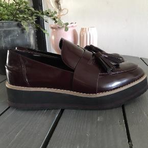 Loafers med plateausål fra Zara. De er smalle i modellen, men tro mod størrelsen. De er lidt slidte foran og bagpå, som vist på billederne. Ellers er de meget velholdte.