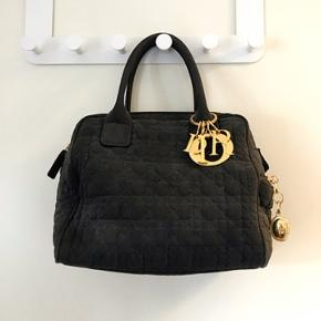 Flot mini Dior håndtaske! Sælger min elskede Dior taske hvis rette bud hænder. Den fejler ikke noget eller har nogen tydelige forbrugstegn. Jeg har ikke længere kvitteringen. Man er også velkommen til at komme og se den i virkeligheden.
