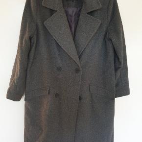Meget lækker grå frakke. Perfekt til tiden nu,  og passer til alt.....næsten som ny.
