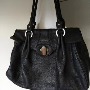 Shopper - håndtaske Bund 40 x 10 cm, højde ca 24 cm. Hanke er 56 cm. Der er plads til en pc str. 31x21 cm. Lille lynlåsrum indeni samt et lille mobilrum (gl. Nokia) Brugt, men velholdt.