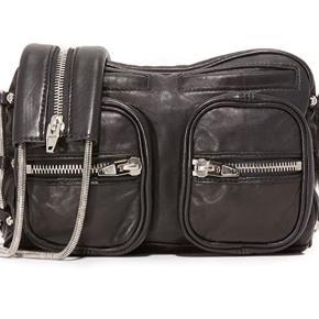 Sælger denne Alexander Wang taske, da jeg ikke får den brugt.   Der medfølger dustbag og den er købt i metropol Roskilde.   Den er perfekt til hverdagsbrug, da den er rummelig i forhold til dens størrelse.   Skriv, hvis du vil have billeder og kom gerne med et bud :-)