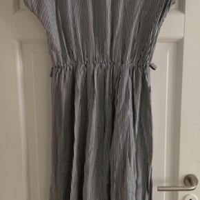 Smuk couture kjole fra Paris sælges, da denne kun har været i brug én aften.  Materiale: 100% viskose  Farve: sort/hvid striber Nypris: 2000