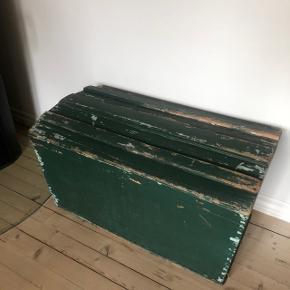 Super skøn gammel trækiste med lækker patina ❤️❤️❤️ Super til opbevaring eller sofabord 👌🏻✨✨ H46 B84 D47 cm. Pris 500,- kr.