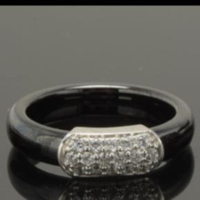 Aagaard Krantz og Ziegler, flot sortgrå ring i keramik med cubic zirkoner indfattet i sølv.   Str.52/16,5  Ny uden brugsspor.