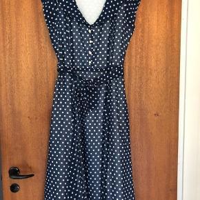 Kjole fra Collectif med bindebånd i taljen og lynlås i siden. Kjolen er aldrig brugt eller vasket, mærket er dog taget af. Ny pris på kjolen var 800,- Kan muligvis passes af en small.