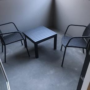 2 stole og 1 bord