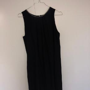 Kjolen er brugt få gange. Den går til omkring knæet, og har en sød lille perle kant.