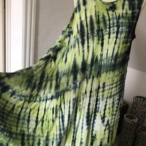 Skøn sommerkjole i de smukkeste grønne farver ( og sort) De måler ca. 120 cm. fra skulder og ned foran, hvor den er længst, den er kortere i siderne.  Let og luftig og med masser af vidde.  100 % Viscose