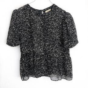 🛑 FLYTTESALG🛑 Hjælp med mig at få ryddet ud i hele garderoben, % ved køb af mere end 1 vare, procenterne bliver regnet uden fragten.  American Vintage silke top i hvid og sort   størrelse: S   pris: 250 kr   fragt: 37 kr