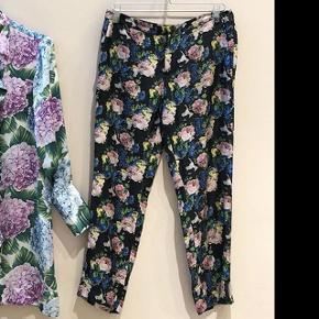 Nypris 2600 kr. Fineste bukser i silke fra det italienske msgm. Brugt en gang i et par timer.