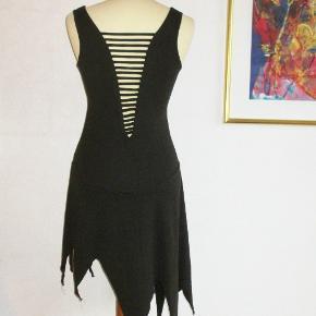 Med åben ryg, sååå flot !  Flot sort kjole med åben ryg. Kjolen kan fint vendes så ryggen bliver brugt foran og på denne måde bliver rigtig fræk.  Brystvidde: 40 cm x 2 Livvidde: 34 cm x 2 Hoftevidde: 41 cm x 2 Længde: 72 -105 cm pga takkerne forneden.  Ingen byt og prisen er fast.