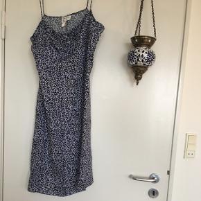 Anna Morelle kjole i blå med fine blomster ☺️