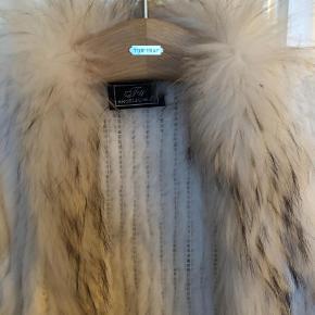 Varetype: Pels Farve: Hvid  Super smuk hvid rabbit og lapin pels. Brugt 2 gange så er som ny.  Byd gerne Køber betaler fragt og ts gebyr 😊