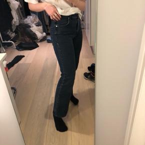 Mørkeblå jeans i super god kvalitet med straight leg / lige / vidde i benene.  Mærke: redgreen Størrelse: S/36 (M)