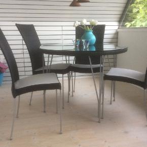Bord med 4 stole som nyt.  Har stået på overdækkes indendørs opvarmet stue.   Nypris 10.000.   Sælges for halv pris grundet pladsmangel.