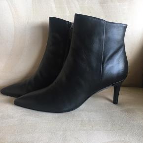 Virkelig smukke og klassiske støvletter fra Apair, indvendig skjult lynlås. Skindbeklædt hæl på 7 cm.  Købspris 2199,-